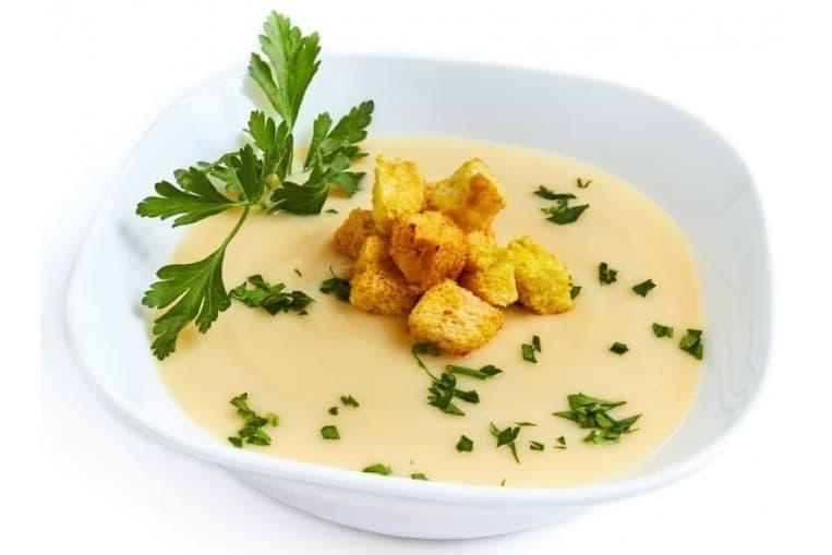 Суп пюре из деликатесных овощей с беконом и гренками
