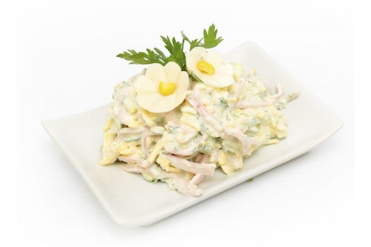 Салат Невеста (ветчина, сырок плавленый, картофель, яйцо, морковь, майонезно-чесночный соус)