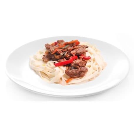 Свинина в кисло-сладком соусе с овощами и лапшой