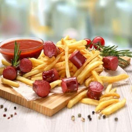 Картофель фри с колбасками, соус «Лечо»