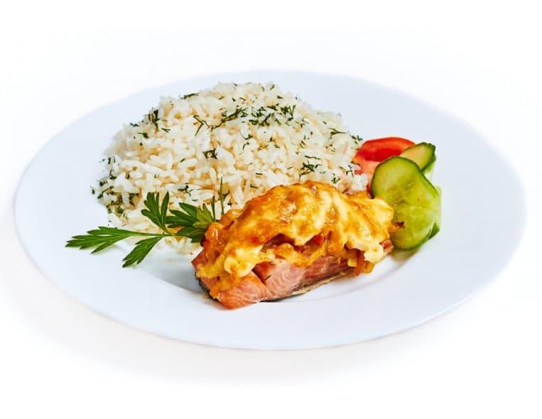 Скумбрия с овощами под сыром, рис с овощами
