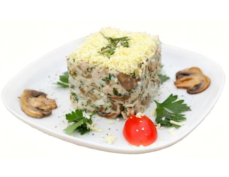 Салат «Петровский» (куриное филе, картофель, яйца, шампиньоны, сыр, майонез, зелень)
