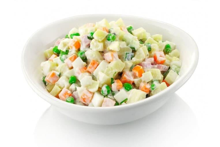 Салат «Оливье» (ветчина, картофель, морковь, огурец свежий,  яйцо, майонез, зелень)