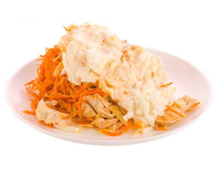 Салат «Анастасия» (ветчина, куриное филе, пекинская капуста, морковь по-корейски, яйцо, майонез, лук зелёный)