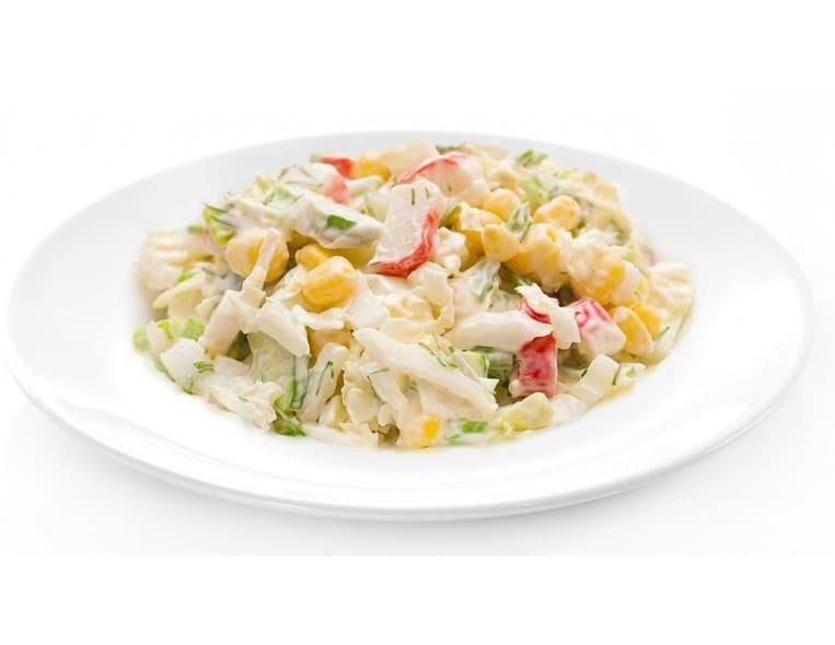 Салат «Юбилейный» (курица копченая, крабовые палочки, помидоры, пекинская капуста, кукуруза, сухарики, соевый соус, майонез)