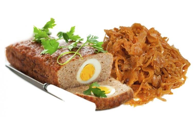 Рулет мясной с яйцом и зеленью, капуста тушёная