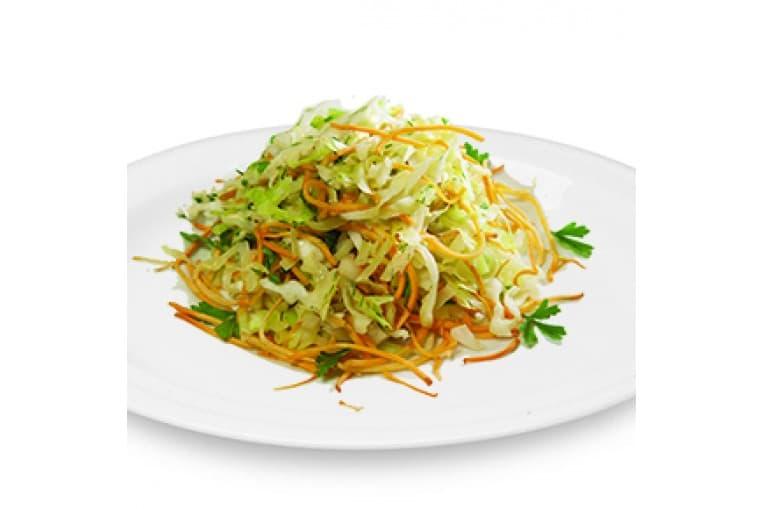 Салат «Витаминный с капустой, яблоком и огурцом» (капуста белокочанная, морковь, яблоко, огурец, специи, зелень, заправка для овощных салатов)