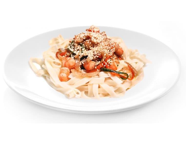 Жареный удон с креветками и морепродуктами